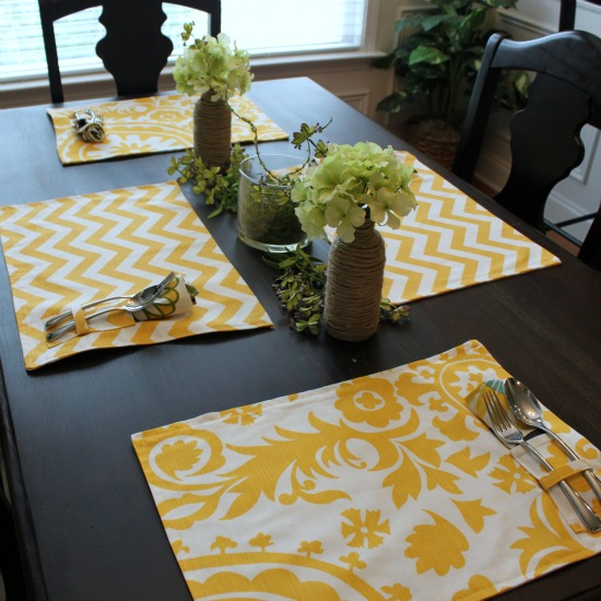 Picnic Style Place Mats via www.waittilyourfathergetshome.com #spring #decor #DIY #sewing #placemats
