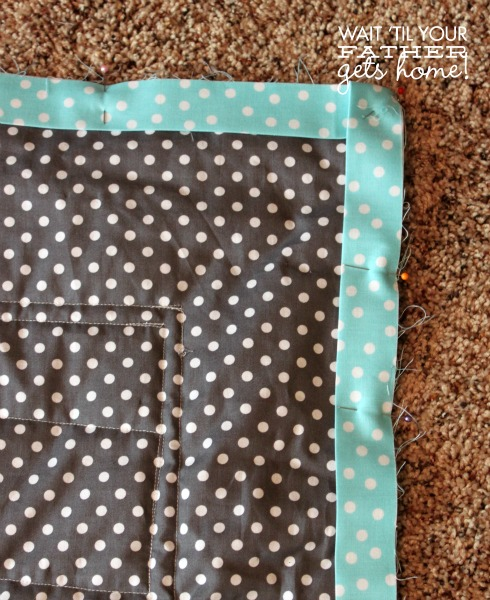 Binding a Quilt via www.waittilyourfathergetshome.com #quilt #sewing