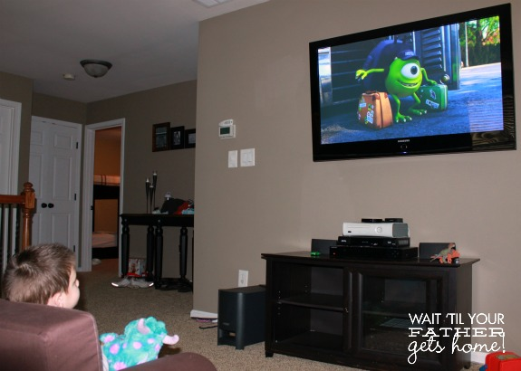 Monster's University family viewing party with Monster Munch snack via www.waittilyourfathergetshome.com #shop #cbias #ScareEdu