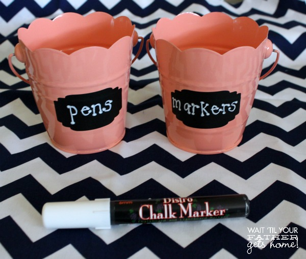 Make an easy 5 minute pen tin with colorful tins found at the dollar store, some vinyl labels, and chalk markers via www.waittilyourfathergetshome.com #penstorage #office #desk #organization